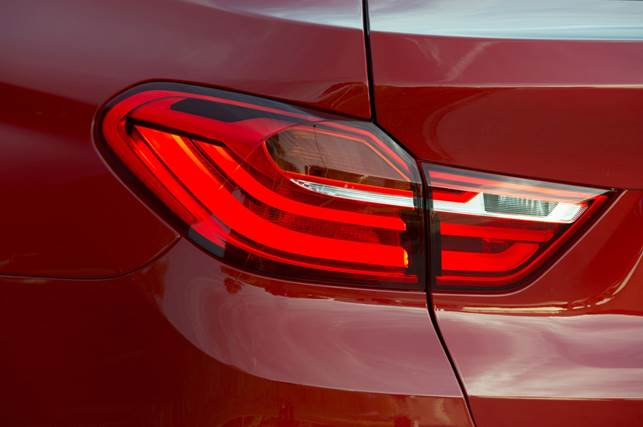 The rear end, complete with L-shaped LED lights in exclusive X4 design and diffuser-look styling, likewise highlights the outstanding dynamic ability of the new BMW X4