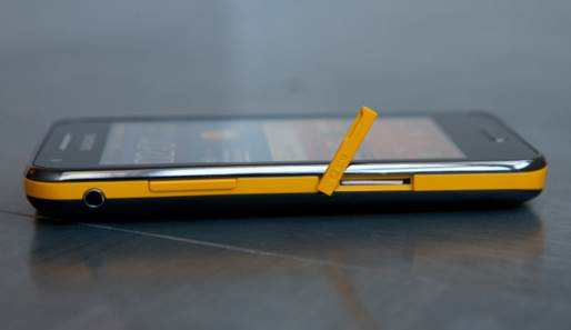 The Beam's left side with earphone jack and SIM card slot