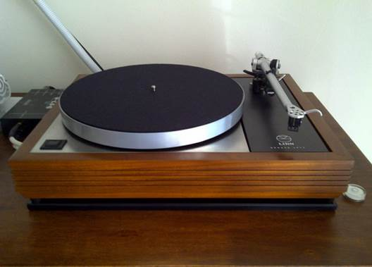 The above is the latest addition to my music playback system – a 30 years old Linn Sondek LP12 turntable bearing serial number 35xxx fitted with Rega RB700 tonearm